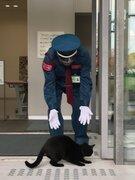 気になるニャ… 猫アートに吸い寄せられた猫、美術館に入りたくて警備員と攻防を繰り広げる