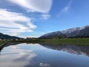 風弱く水鏡に映える青空と雲 長野・白馬
