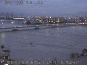 京都・桂川、氾濫危険水位に 渡月橋が消える!?