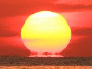 冷え込みで季節外れの「だるま朝日」出現 蜃気楼の一種