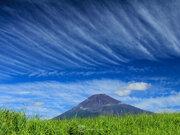空にも季節の歩み 秋雲「巻雲」ひろがる
