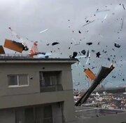 台風21号 猛烈な風でマンションの屋根一面が吹っ飛ぶ