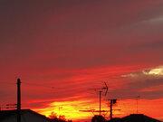 赤い空は雨の前触れ 北陸、東北で綺麗な夕焼けが出現