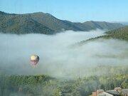 幻想的な雲海の中に浮かぶ熱気球 北海道・トマム