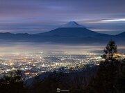 絶景 冠雪富士山の夜明け 雲海越しの七色の街灯り
