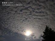 青森でうろこ雲が月明かりに照らされる 今夜の雨の予兆