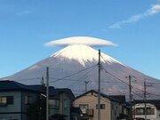 富士山に帽子のような「笠雲」が出現