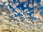 大阪など近畿では羊雲が夕陽に輝く 天気下り坂の兆し
