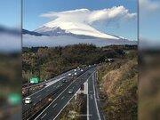 雪が増えた富士山に笠雲出現