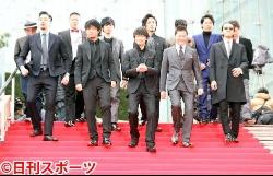 画像:映画「新宿スワン2」のプレミアで、レッドカーペットの大階段に颯爽(さっそう)と登場した、前列左から深水元基、上地雄輔、綾野剛、浅野忠信、金子ノブアキら(撮影・浅見桂子)