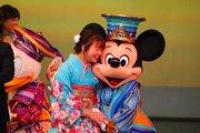 【ディズニー】パークで成人式開催 35周年衣装のミッキーたちが祝福!