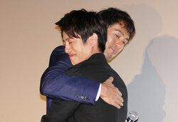 画像:阿部寛、男泣きの溝端淳平を熱烈ハグ…からの引退宣言!?