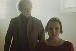 画像:「侍女の物語」原作者、エリザベス・モスにビンタ! 第1話にカメオ出演