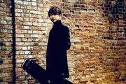 村屋光二(ex.redballoon)、ソロプロジェクト始動! スピードワゴン小沢一敬らと故郷の周年ソングを歌う