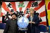 画像:香取慎吾、『凪待ち』ロケ地・塩釜水産仲卸市場にサプライズ凱旋