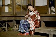 小泉今日子が縁側で猫を愛でる姿ほか『食べる女』場面写真一挙、間宮祥太朗や勝地涼らの姿も
