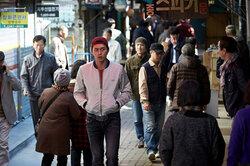 画像:変装したヒョンビンが狭い路地を駆け巡る!『スウィンダラーズ』冒頭映像解禁