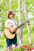 """""""二刀流""""シンガーソングライターの瀬川あやか、新作は自身初の両A面シングル"""