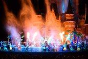 【ディズニー】シンデレラ城前が水と炎で大盛り上がり!「ドナルドのホット・ジャングル・サマー」スタート!