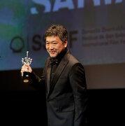 『万引き家族』是枝裕和監督、樹木希林を想い涙「この10年、役者と監督という関係を越えて…」アジア人初の快挙ドノスティア賞受賞