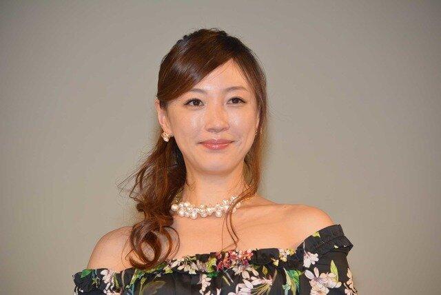 花柄のドレスに白い真珠のネックレスをして笑顔のちすん