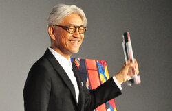 """画像:坂本龍一、SAMURAI賞の刀模したトロフィーを手に『戦メリ』撮影時の""""悪行""""を告白"""