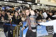 『ファンタビ』エディ・レッドメインらが日本に到着、サインやセルフィーに次々と笑顔で応じる