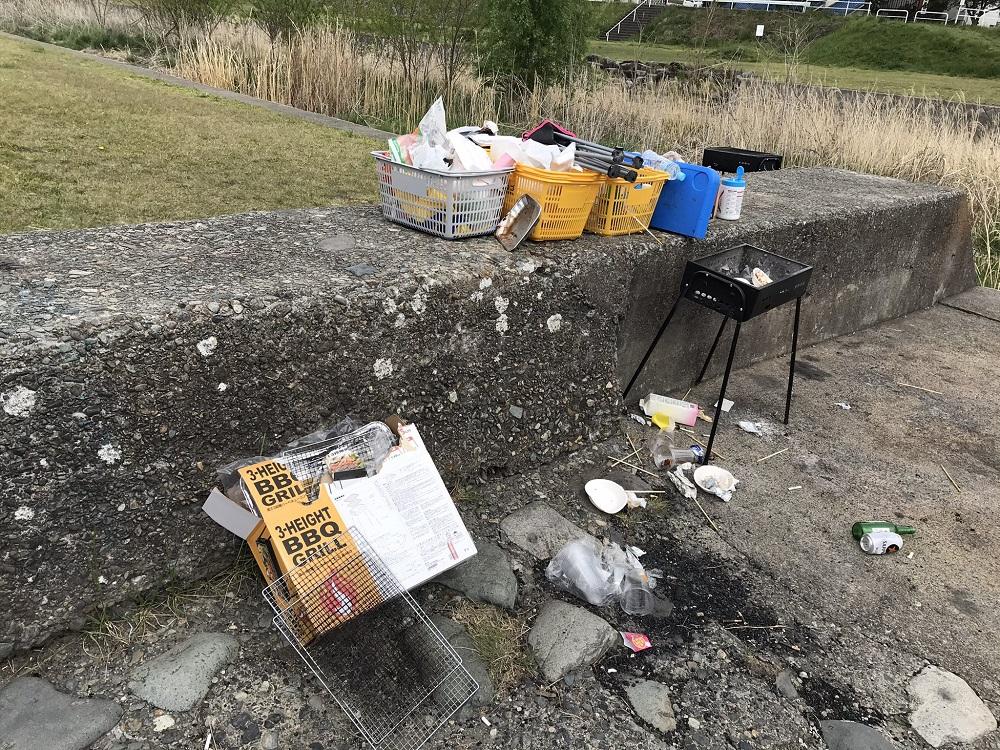河川敷BBQゴミ大量放置