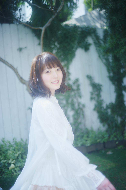 今回公開された花澤香菜のアーティスト写真