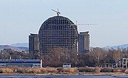 画像:鴨緑江の向うにそびえ立つ北朝鮮「金日成カジノホテル」