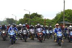 画像:MotoGP:スズキのイアンノーネ&リンスがインドネシアで1000人のライダーとパレードランを実施