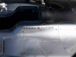 画像:メルセデスF1、トミーヒルフィガーとの契約を発表。ヒューゴボスに代わるアパレルパートナーとして