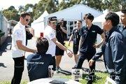 【ブログ】Shots!──「ガンバって!」とホンダスタッフをねぎらうアロンソ/F1オーストラリアGP