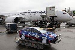 画像:客室の下にレース車両を積み込み。スバル、ニュル24時間用WRX STIを旅客機でドイツへ