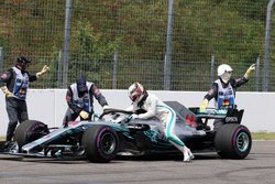 画像:ハミルトンとメルセデスが釈明「ドライバーがマシンの故障を引き起こしたのではない」。予選序盤のトラブルに落胆