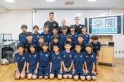 マンチェスター・Cのロドリら3選手が子どもたちに「夢を叶えるため」の特別授業!