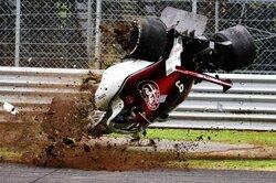 画像:F1イタリアGP FP2:フェラーリ勢が1-2、エリクソンのマシンが宙を舞う大クラッシュ