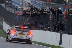 画像:BTCC:スバル・レヴォーグがタイトル獲得、アシュリー・サットンが初王者に