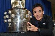 佐藤琢磨の顔が刻まれたインディ500優勝トロフィーが初来日
