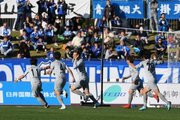 栃木、引き分けでJ2昇格を決める! 終盤の同点ゴールで喜び分かち合う