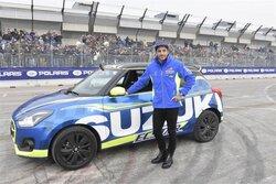 画像:MotoGP:イアンノーネがスズキGSX-RRカラーの四輪、スイフトをドライブ