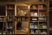 """泊まれる本屋が""""お酒の飲める"""" 泊まれる本屋に 「BOOK AND BED TOKYO」がリニューアル"""
