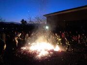 どんど焼きに「若い男性」次々と投げ込む 伊勢原市神戸地区で何が起きているのか
