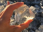 オレンジやブルーにゆらめく宝石 大津海岸の神秘「ジュエリーアイス」の世界