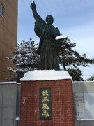 坂本龍馬が「パイ投げ」姿に!? 絶妙すぎる雪の積もり方に爆笑