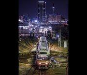 まるで「銀河鉄道999」の世界だ...! 夜の名古屋で撮影された、幻想的すぎる写真に反響