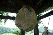 決して鳴らない「石の鐘」、77年吊るす寺 戦中の「代替梵鐘」に込めた住職の思い