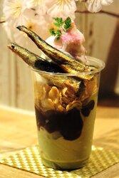 画像:京都水族館から『桜といわしのパフェ』が爆誕 バニラアイスにイワシの生姜煮を大胆トッピング