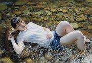 濡れた肌の瑞々しさ、川や衣服の精緻な描写 目にしたままの光景に迫る写実絵画に反響