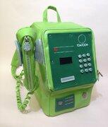 背中に担ぐ公衆電話… 懐かしの公衆電話を再現したリュックサックに反響